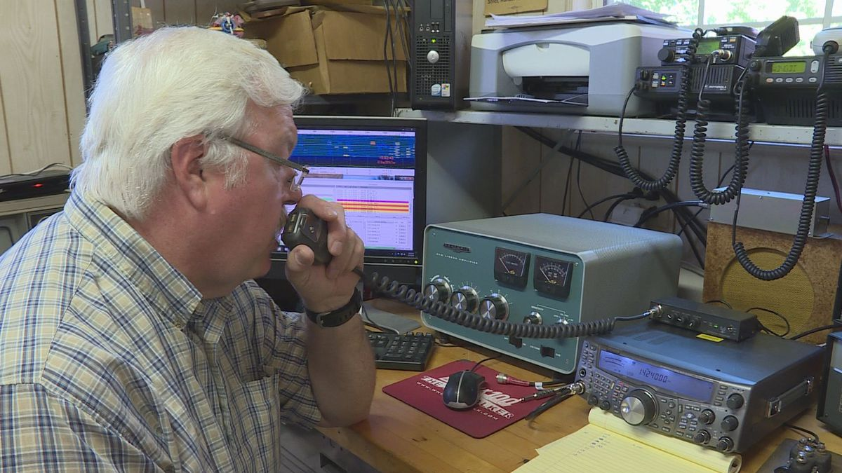 Ham radio operator Tim Berry relays his call sign./(WVLT)