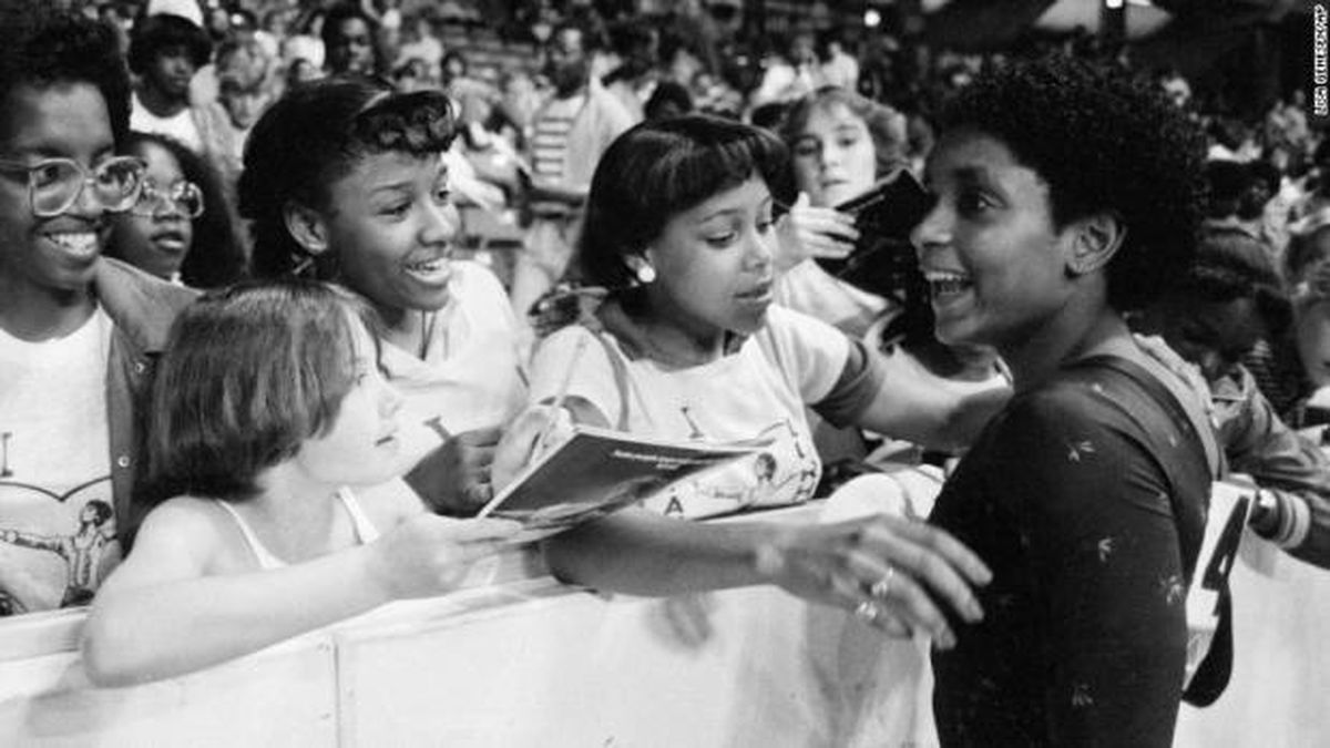 Dianne Durham, 15, of Gary, Ind., right, signs autographs after winning the women's title at...