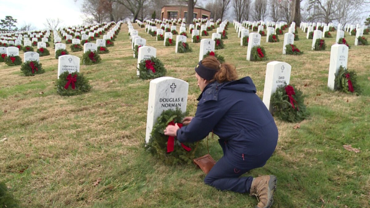 Hundreds of East Tennesseans placed wreaths on the headstones of fallen veterans. / Source: WVLT News