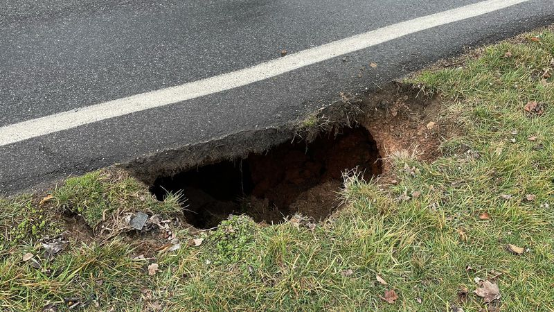 Sinkhole closes North Knoxville road
